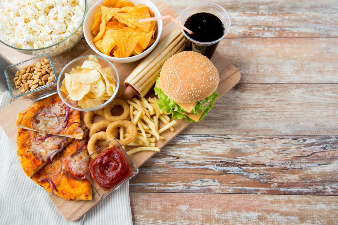 Fettreiche und kalorienreiche Fertiggerichte mit wenig Ballaststoffen.