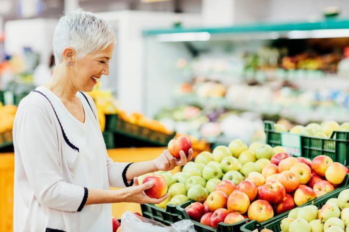 Starsza pani zakupy na owoce