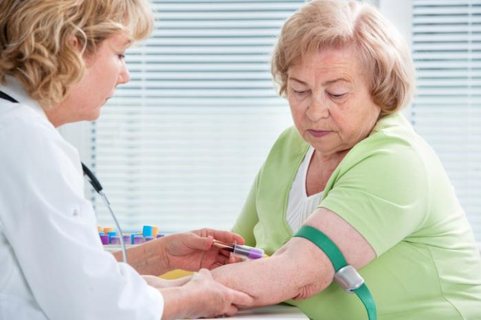 starsza kobieta po pobraniu krwi