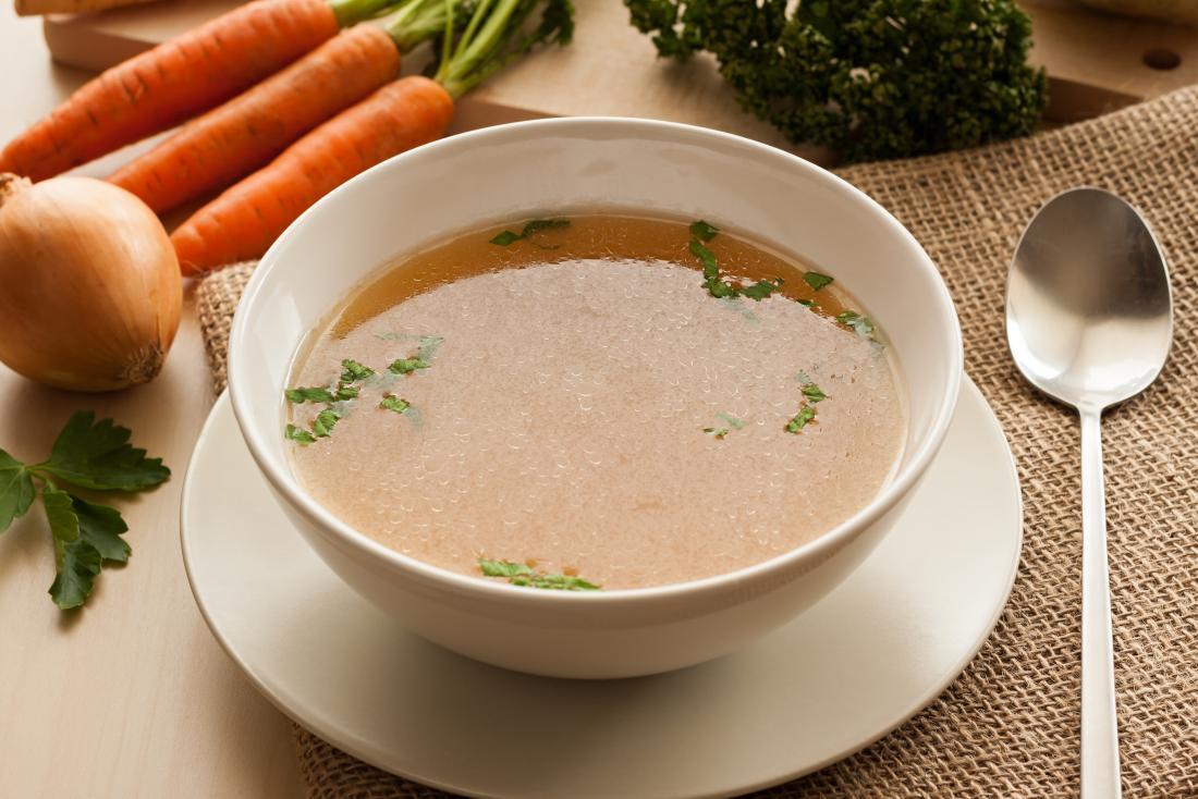 Caldo de sopa de vegetais claro.
