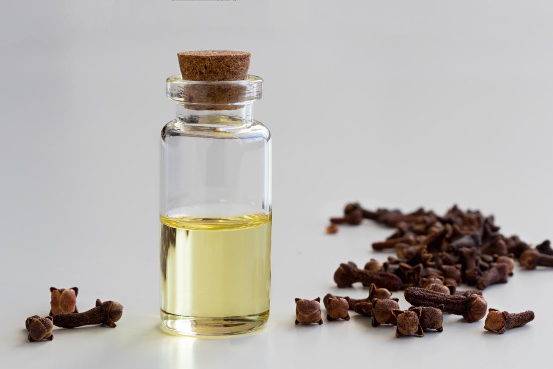 goździki i butelka olejku goździkowego