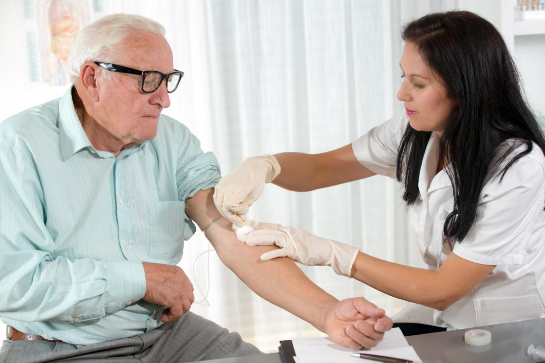 starszy mężczyzna po pobraniu próbki krwi