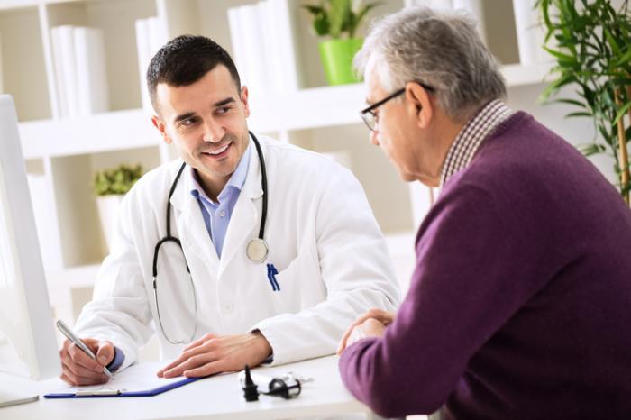 Le docteur parle avec le patient
