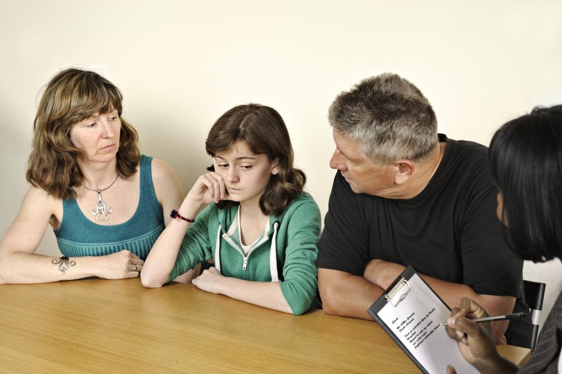 rodzice uczęszczający na sesję doradczą z córką
