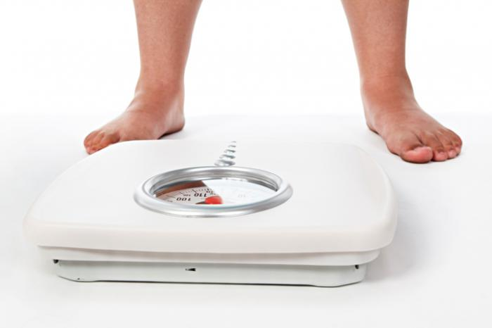 体重計の上に立っている男
