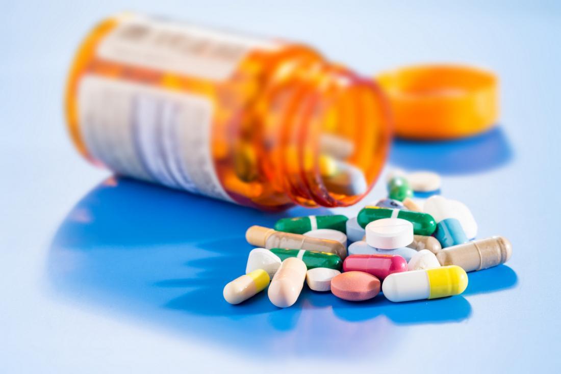 Pillen aus einer Flasche verschütten