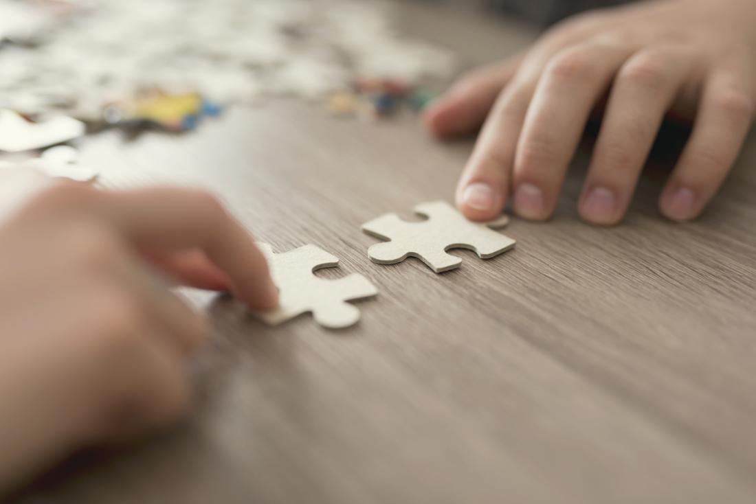 Kind macht ein Puzzle