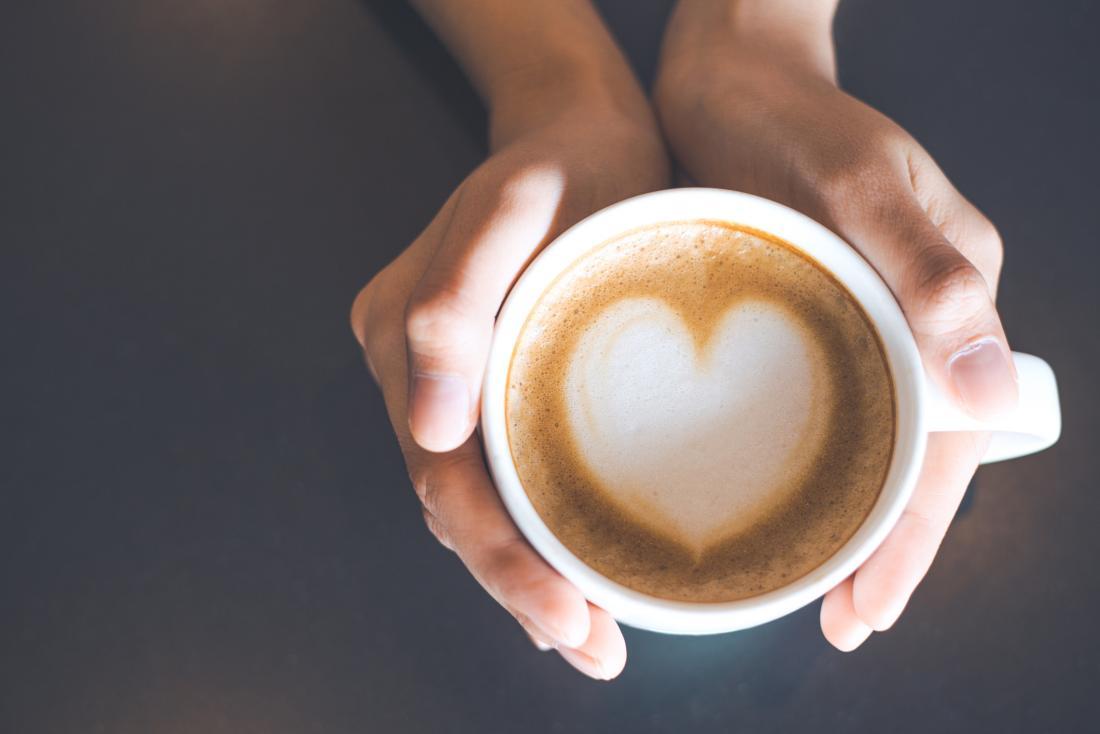 una donna con una tazza di caffè