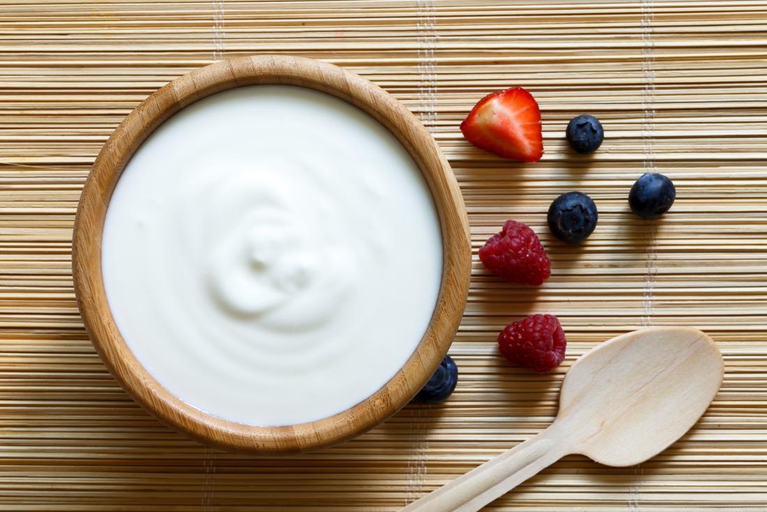 Joghurt neben Obst