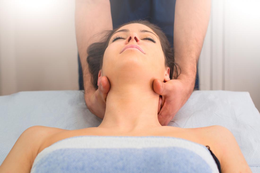Donna con testa e collo massaggiati.