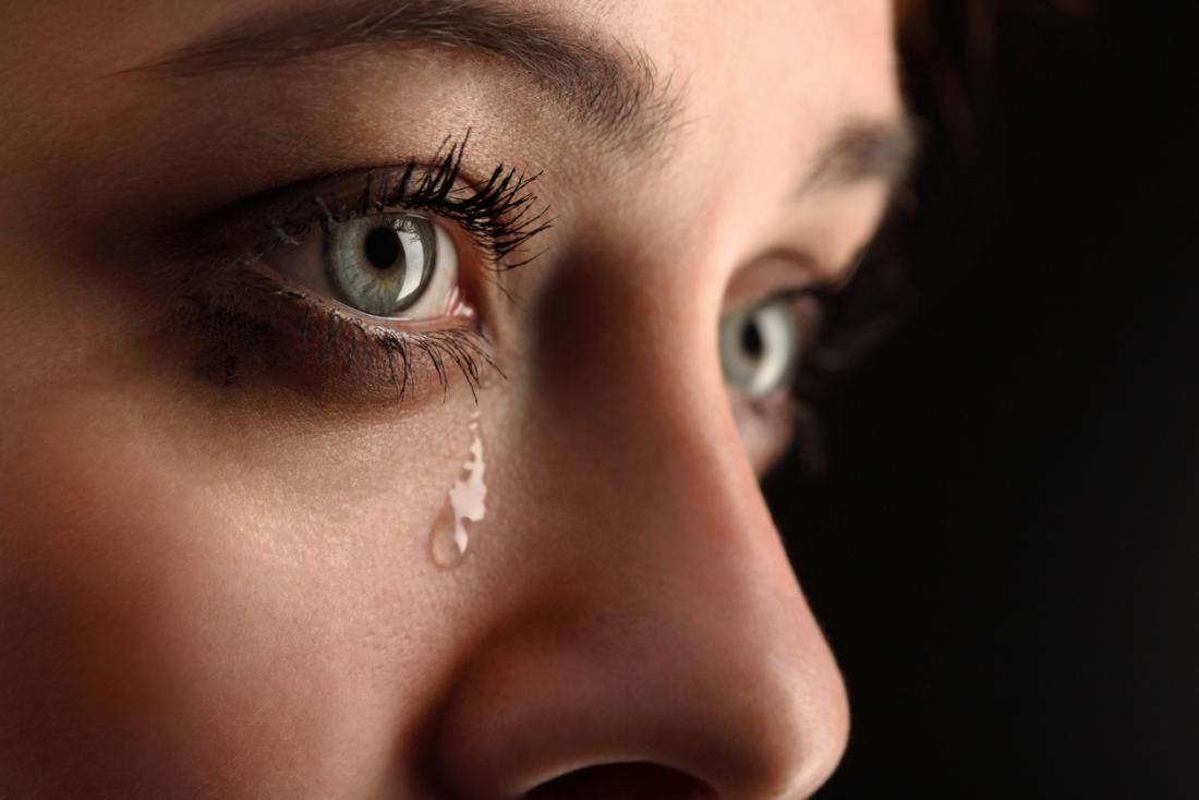 涙が泣いている女性。