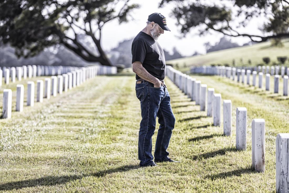 uomo che visita la tomba