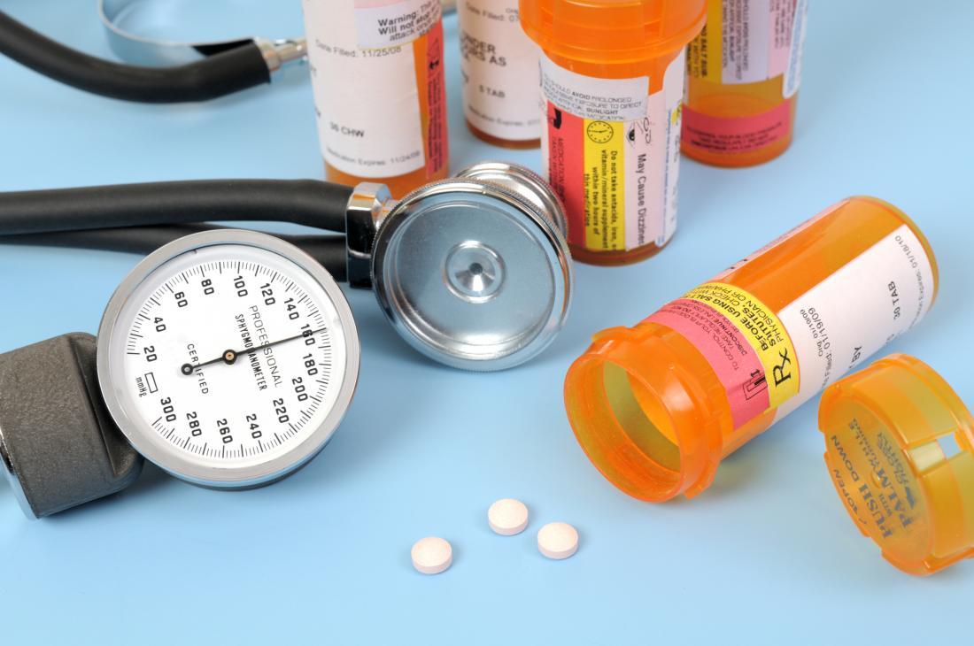 Flaschen Pillen mit einem Stethoskop und einem Blutdruckmessgerät