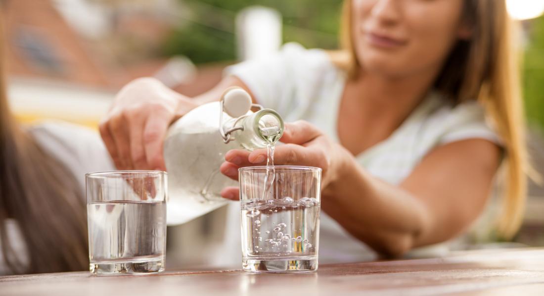 phụ nữ đổ nước