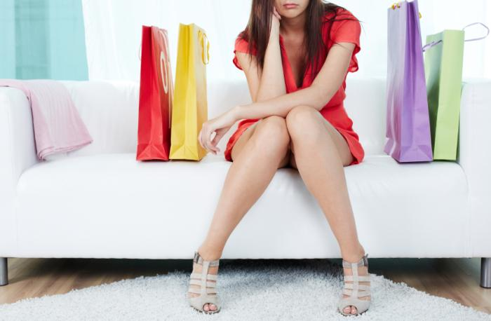 femme malheureuse avec des sacs à provisions