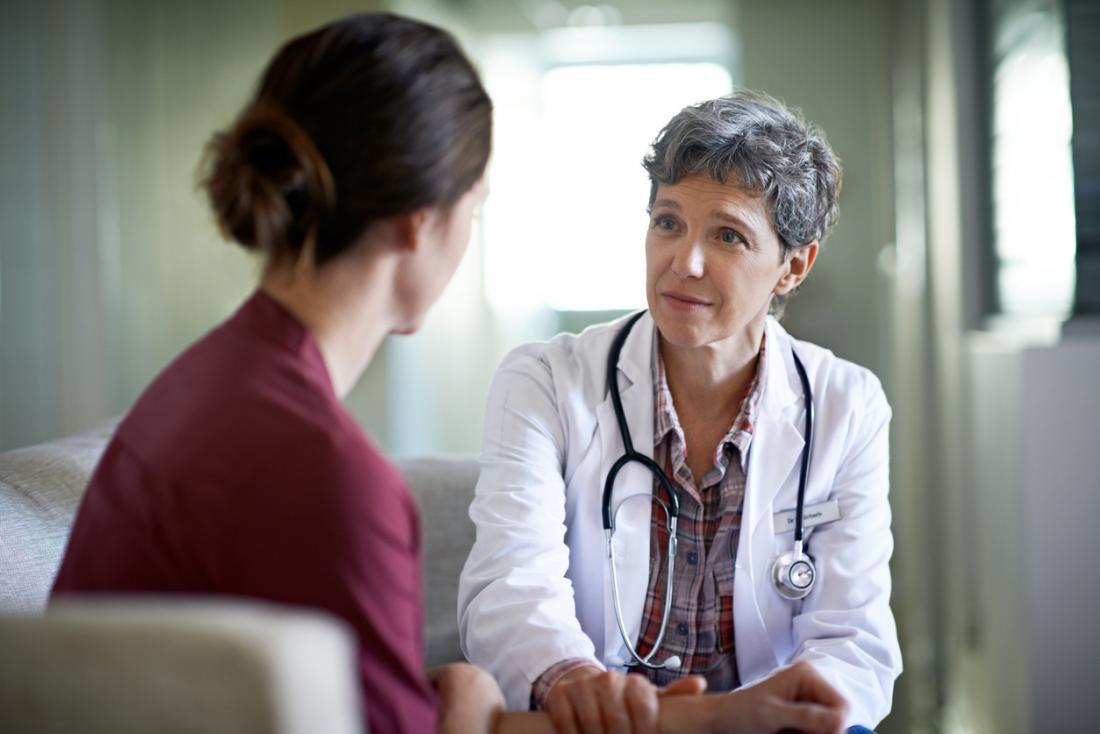 medico che conforta un paziente