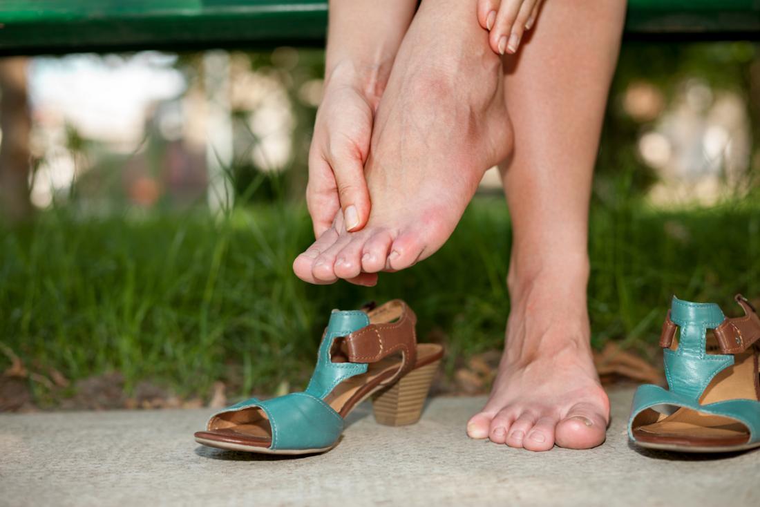 yorgun ayakları olan kadın