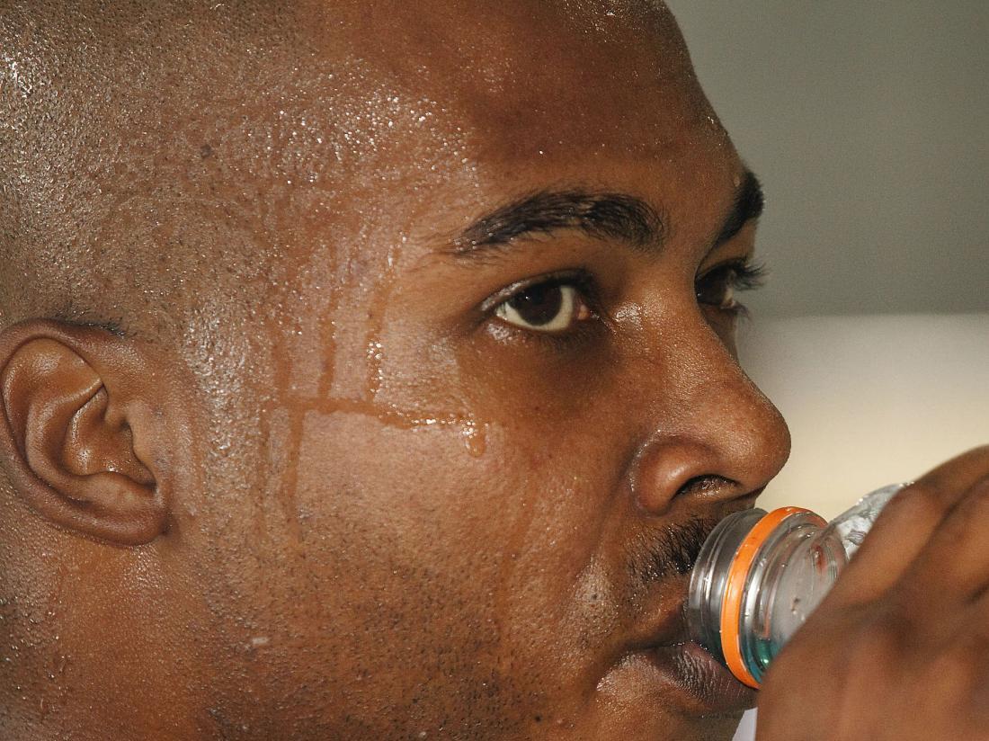Homme transpiration due à la diaphorèse