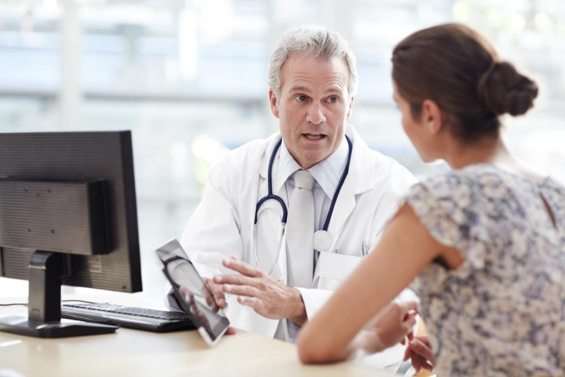 bác sĩ thảo luận với bệnh nhân nữ