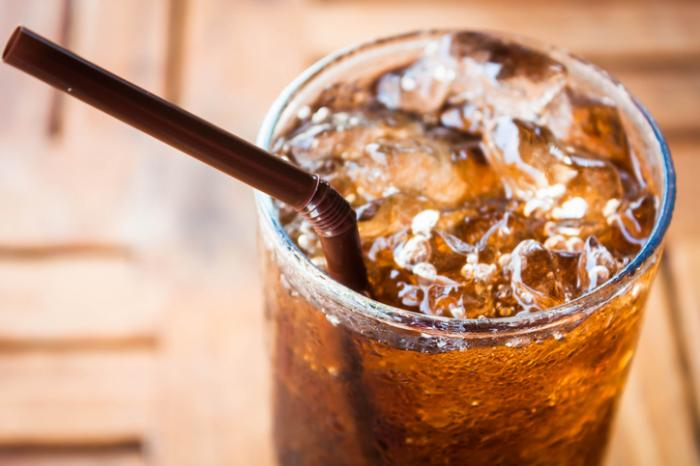 [Un verre de soda et une paille]