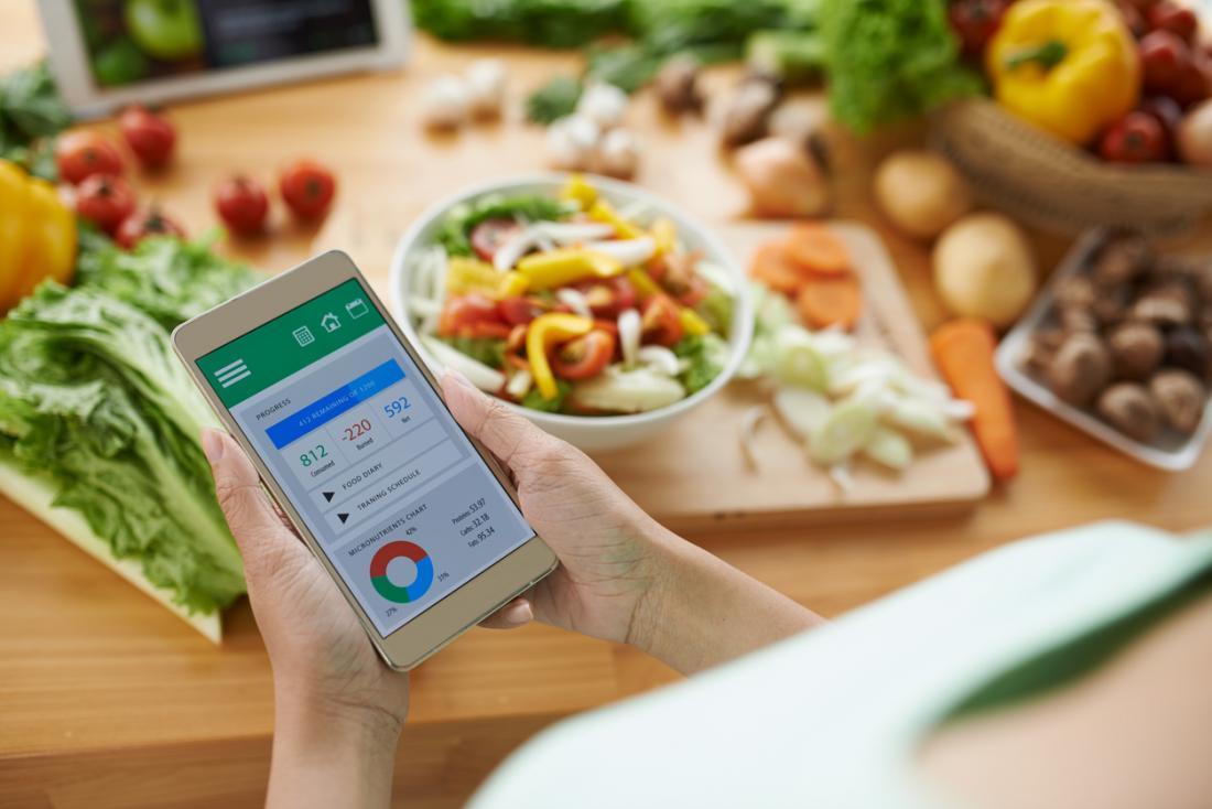 mulher usando app para contagem de calorias