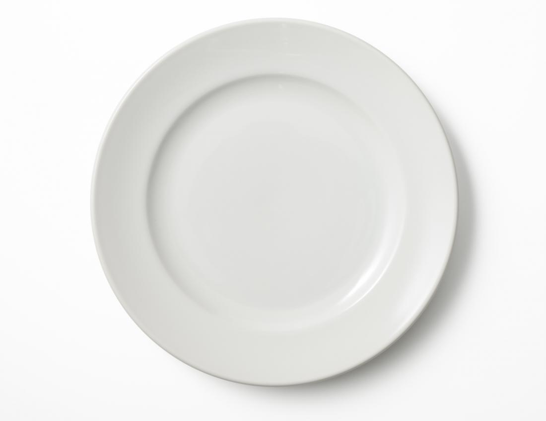 [Pusty biały talerz]