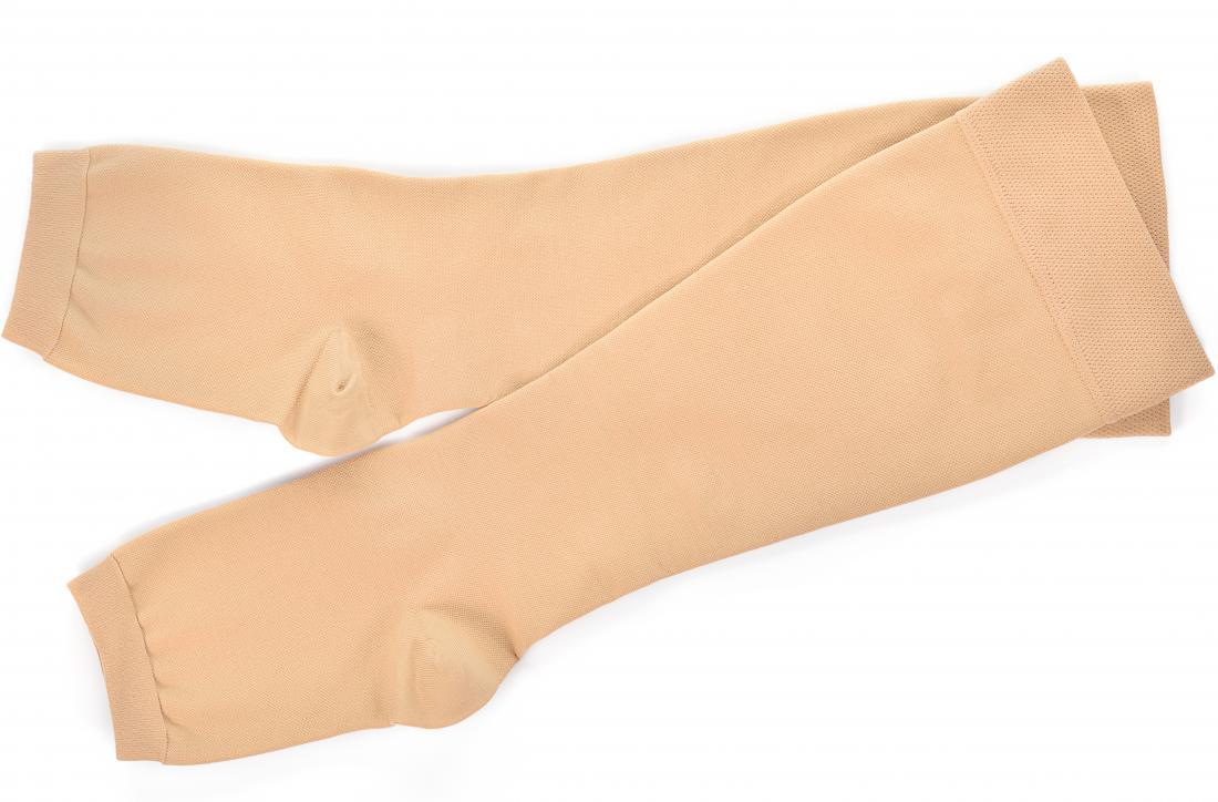 Calze a compressione su fondo bianco per le vene varicose.