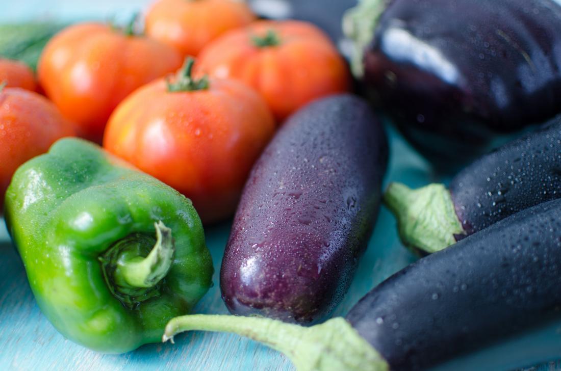Nachtschattengemüse einschließlich Paprika, Tomaten und Auberginen.