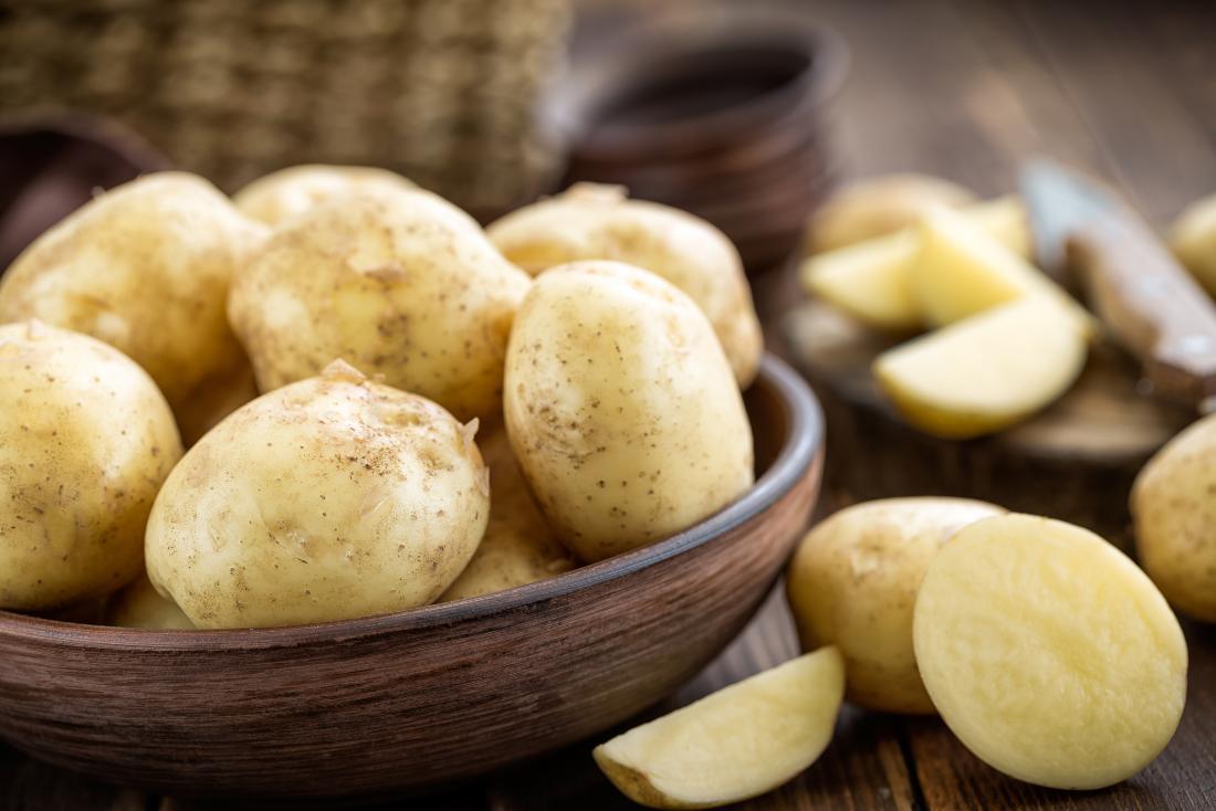 Pommes de terre blanches dans un bol en bois.