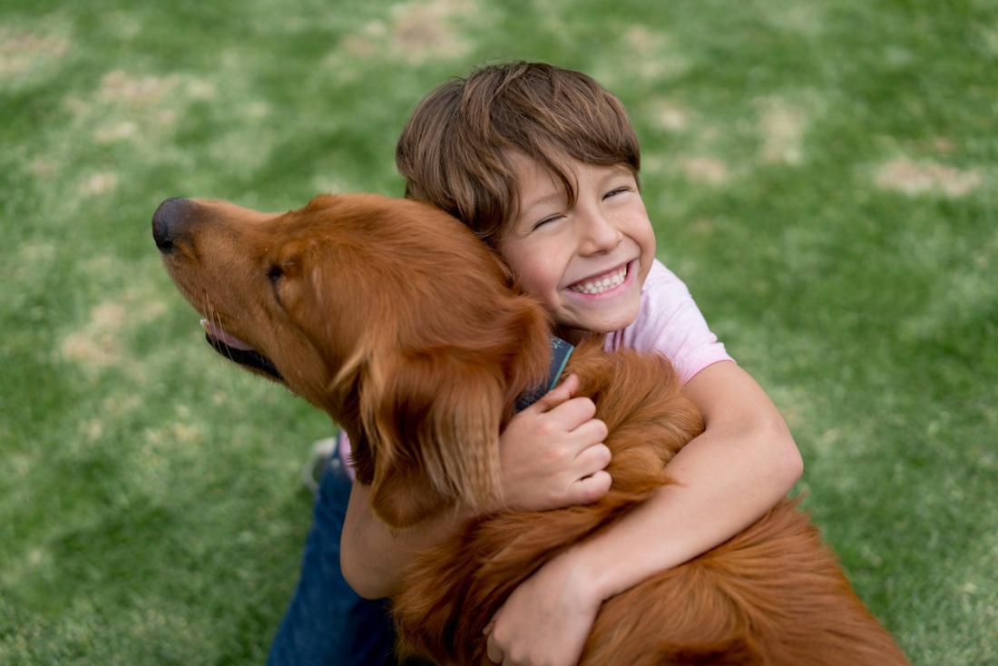 glückliches Kind mit Hund