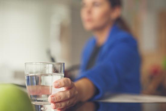Жената стига до чаша вода