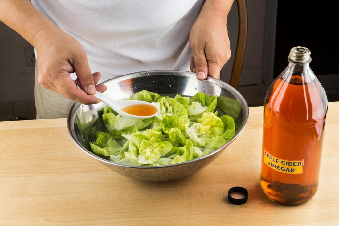 Apfelessig auf einem Salat