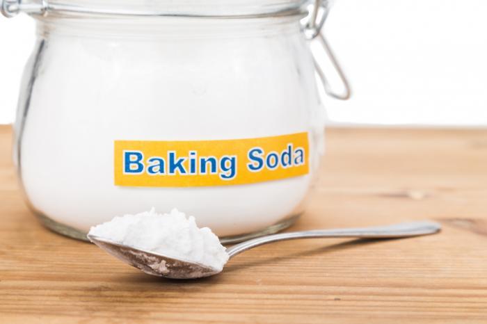 Um pote e uma colher de bicarbonato de sódio.