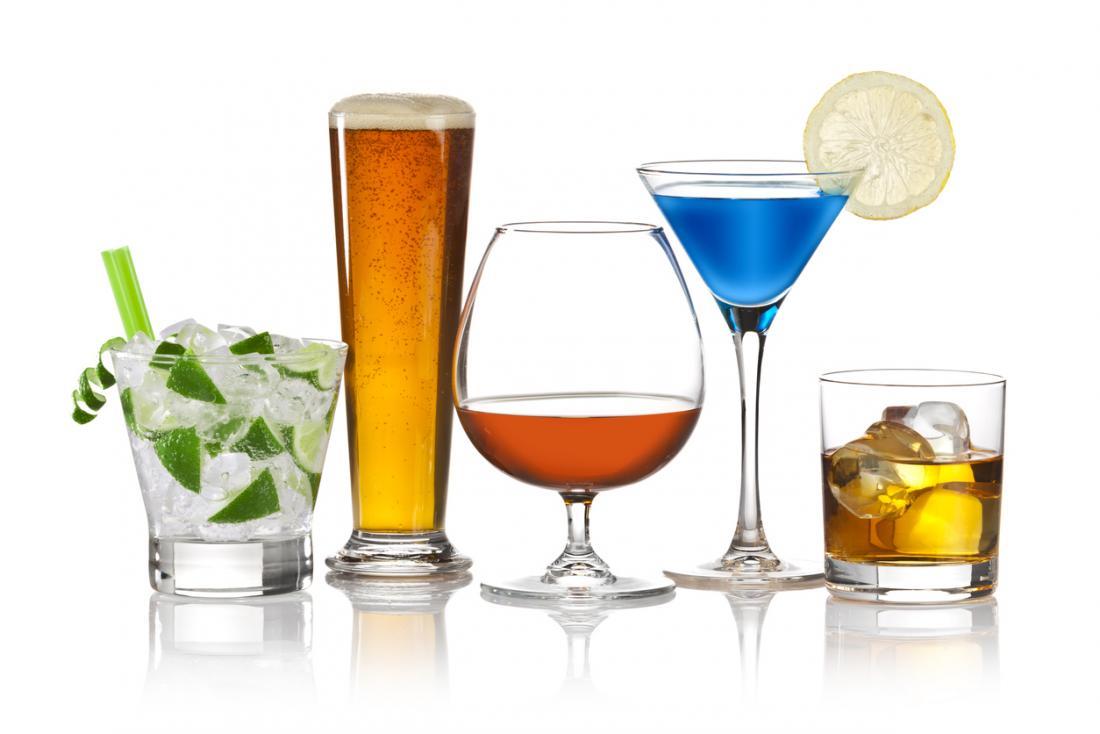 Cinque diverse bevande alcoliche di fila, tra cui spirito, cocktail e birra.