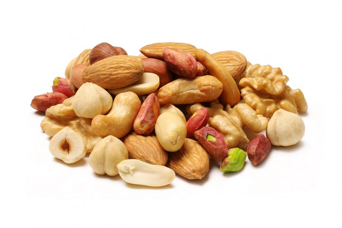 Mieszane orzechy, w tym migdały, orzechy włoskie, orzechy laskowe, pistacje i orzeszki ziemne.