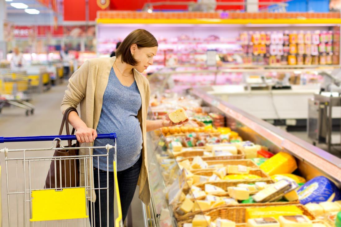 Femme enceinte, regarder, fromages, dans, supermarché