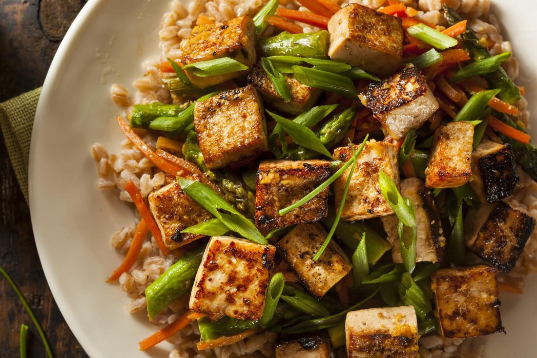 Ein Teller Tofu, der eine gute Quelle von L-Glutamin für Ibs ist