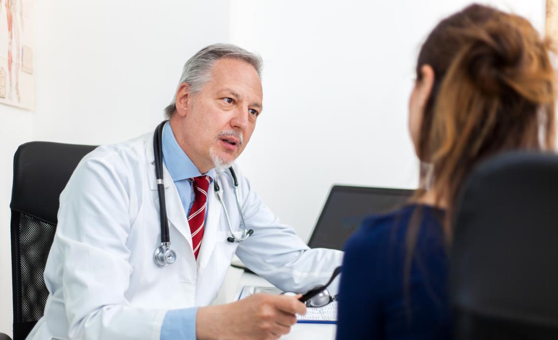 doktor bayan hastayla konuşuyor