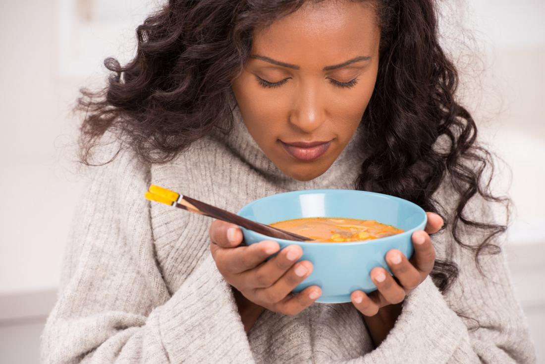 Người phụ nữ có mùi súp ấm để điều trị ho, cảm lạnh hoặc đau họng.