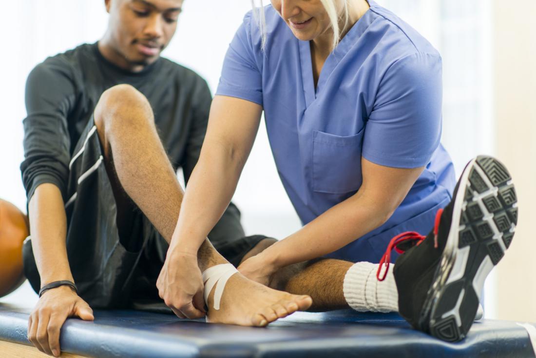 Lesione sportiva alla caviglia in trattamento con fisioterapia.