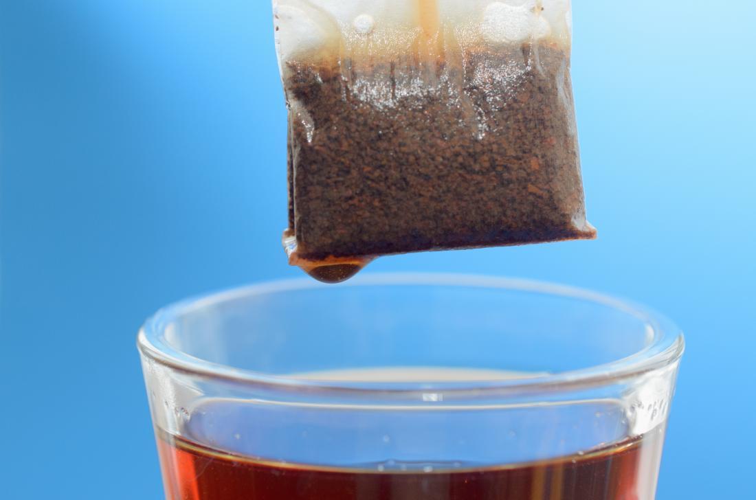 saco de chá pairando sobre a xícara de chá