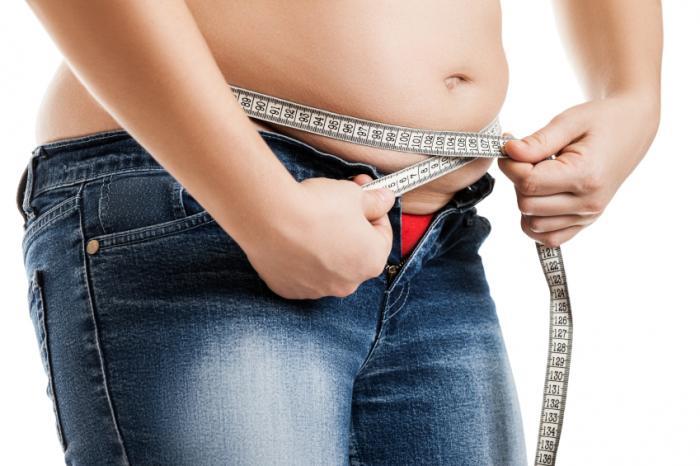Phụ nữ thừa cân đo vòng eo