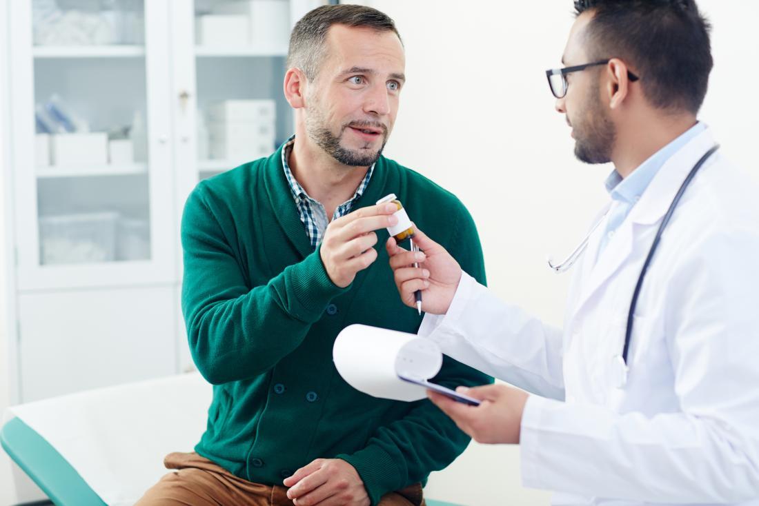 Homme recevant des médicaments sur ordonnance du médecin.