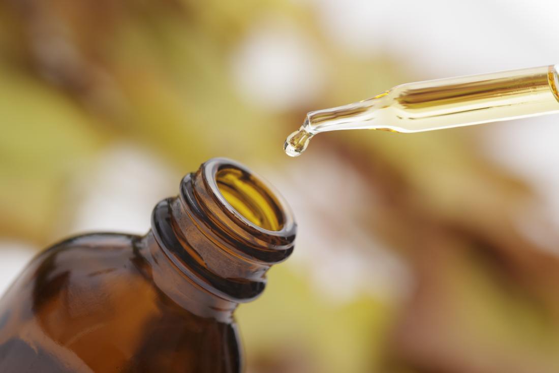 Bouteille d'huile essentielle avec compte-gouttes au-dessus