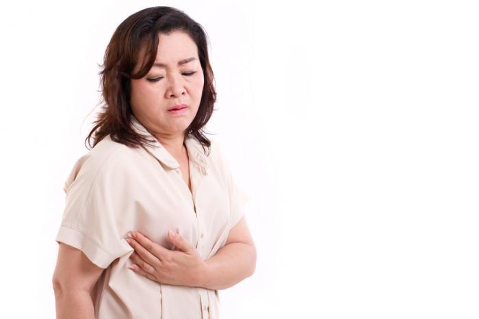 Una donna con un po 'di dolore al seno.