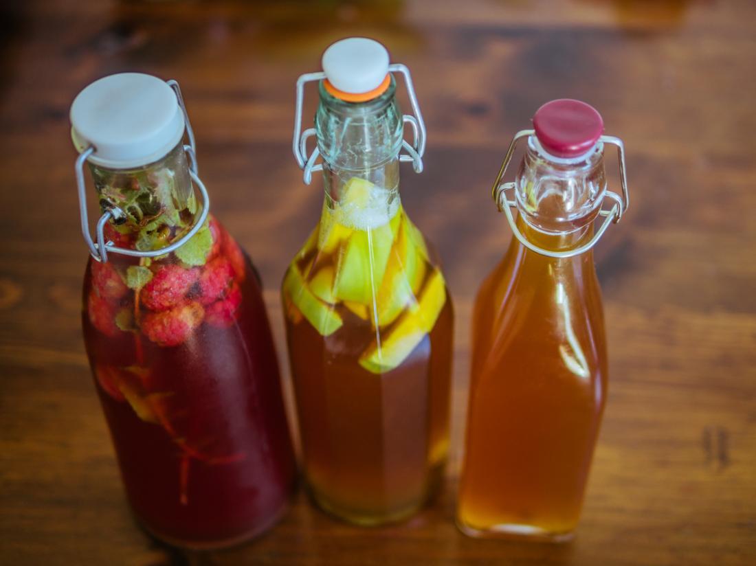 Meyve segmentleri fermente ile buzlu şişelerde Kombucha çay.