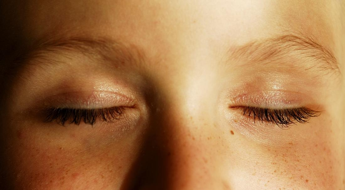 Gros plan des yeux fermés parce que j'ai mal aux yeux quand je cligne des yeux