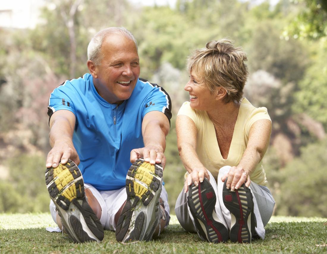 couple d'âge moyen bénéficiant de l'exercice