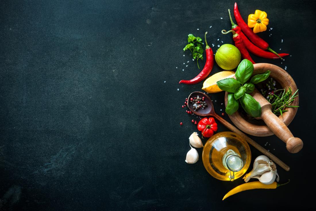 Épices, herbes, agrumes et ail.