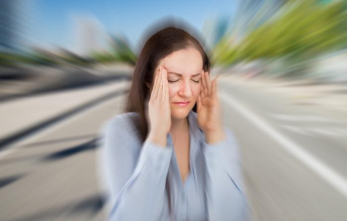 [Femme atteinte de migraine]